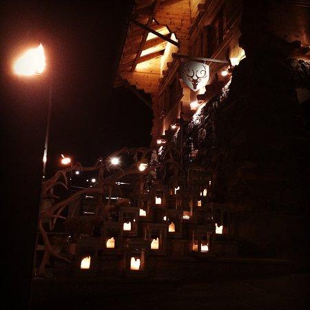 CERVO Zermatt: Hoteleingang nachts, traumhaft!