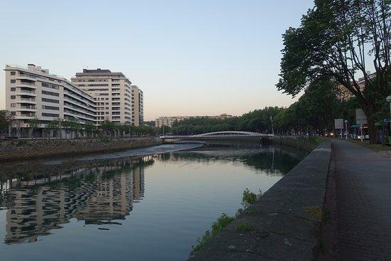 Silken Amara Plaza Hotel : hotel is in front of the white bridge
