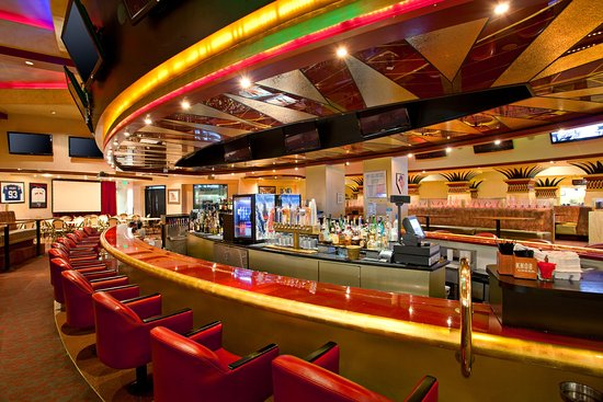 Commerce, Kalifornien: Enjoy the vibe of a sports bar at Arena Sports Bar and Grill