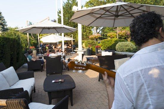 Garden City Hotel: Guitar Patio Bar