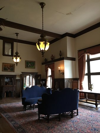 Redstone, โคโลราโด: Main Parlor with original furniture pieces
