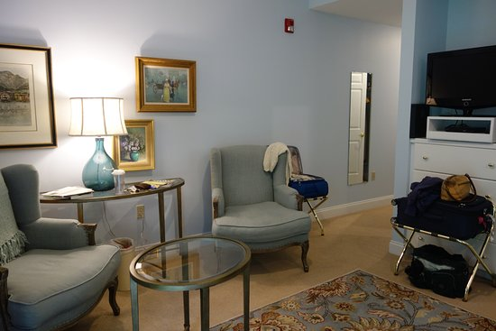 Stone Hill Inn: Comfy sitting area in bedroom.