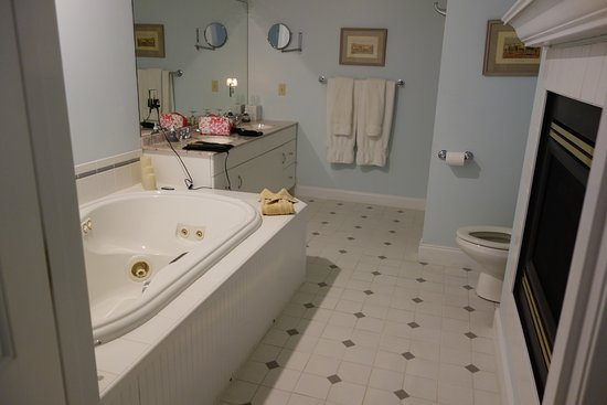 Stone Hill Inn: Bathroom with see through fireplace, whirlpool tub and separate shower.