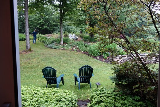 Stone Hill Inn: Walking out of our patio doors to the gardens.
