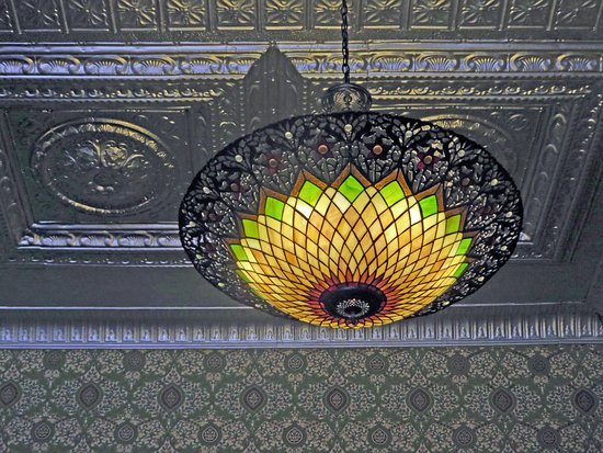 The Grand Restaurant and Saloon : Beautiful light fixture