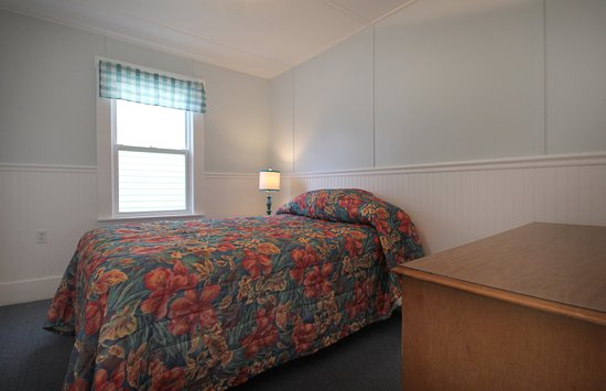 Mainsail Motel & Cottages: Cottage Bedroom