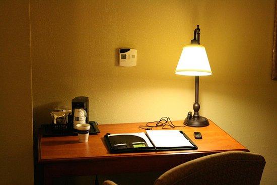 Auburn, AL: Spacious Workdesk
