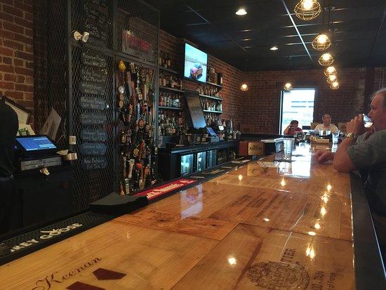 Charleston, Virginia Occidental: Cool and fun bar