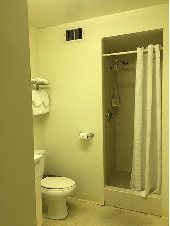Ambassador Hotel Waikiki: 洗面台が三面鏡で良かったです。ベビーカーごと入れる広さです。