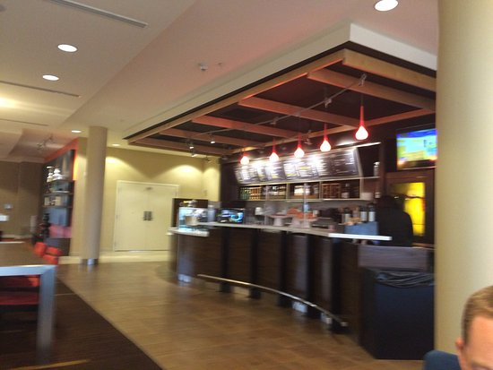 Courtyard Milwaukee Airport: You order your drinks and breakfast at this bar in the foyer