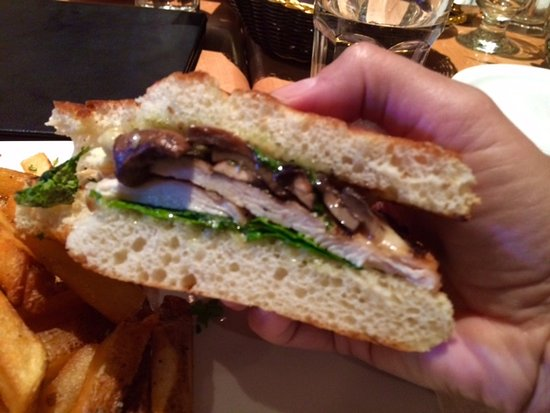 Cicilys Pastaria & Grill: Special of the day - chicken, mushrooms, basil - OK, but prettier than it tastes.