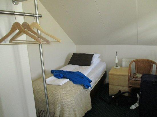 Mikligardur Guesthouse : Un côté de la chambre