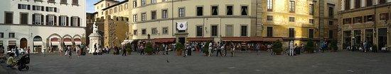 Locanda Gallo: Panorámica de la plaza donde se encuentra la Basílica de San Lorenzo. Tomada desde la escalinata