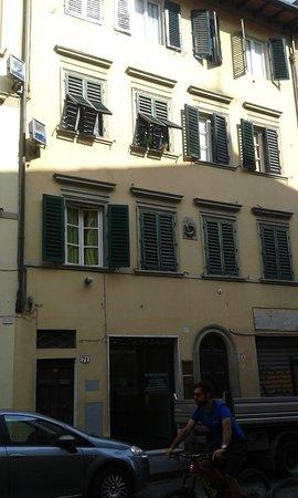 Locanda Gallo: Fachada del edificio. La entrada es el portal con arco . Nº 73