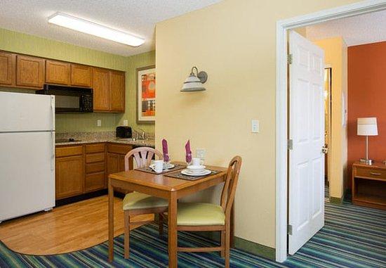 Spokane Valley, واشنطن: One-Bedroom Suite - Kitchen