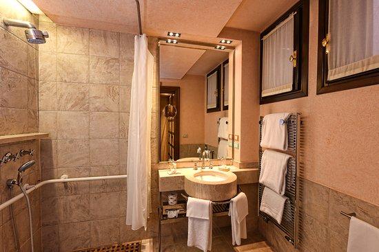 Palazzo Selvadego: bathroom
