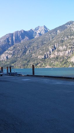 North Cascades Lodge at Stehekin: Looking across the lake.