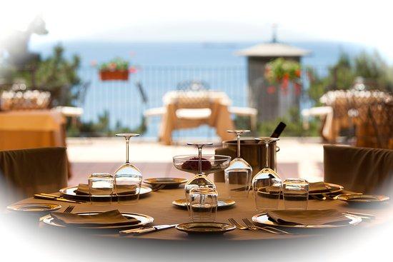 Ristorante Le Terrazze: Interno e esterno ristorante