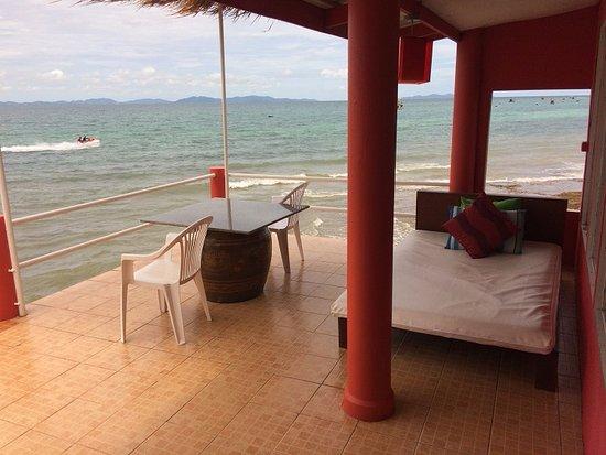 ลารีนารีสอร์ทบายเดอะซีเกาะล้าน: Balcony/Sundeck