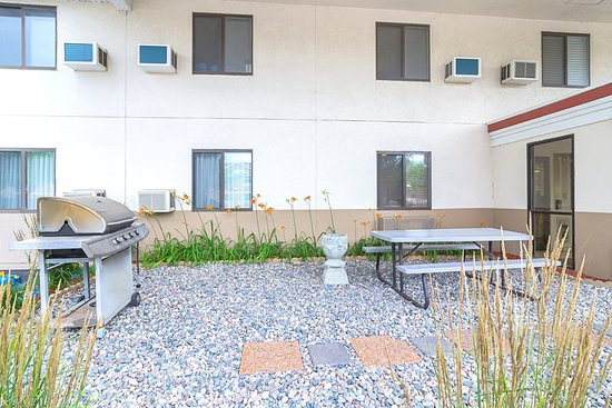 Econo Lodge East: Patio