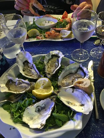Le Scaphandre : 6 oysters or a plate of crevettes, both part of the €34 three course menu.