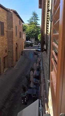 Albergo Duomo: Vista verso l'ingresso del paese. Purtroppo non dispongo di voto per la vista verso la piazza.