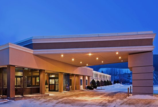 Holiday Inn Oneonta: Hotel Exterior