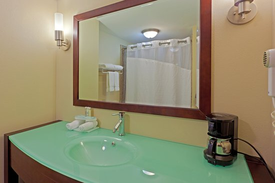 South Charleston, WV: Fresh and updated guest bathrooms