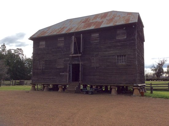 Longford, Australien: The grain store on rodent proof stands