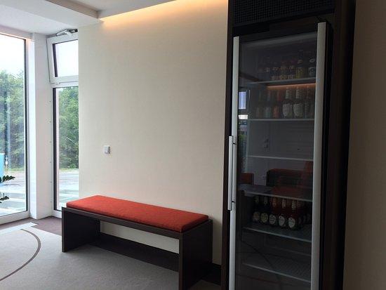 gro er k hlschrank vor dem zimmer ausgeschaltet bild fr n aribo hotel erbendorf tripadvisor. Black Bedroom Furniture Sets. Home Design Ideas