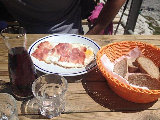 Rifugio Cavazza Franco Al Pisciadu: Uova al tegame con speck e pane