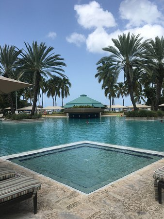 Snorkels Bar & Grill: Snorkles is by the pretty Westin pool