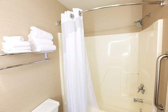 Holiday Inn Express Fargo - West Acres: Enjoy our oversized bathrooms.