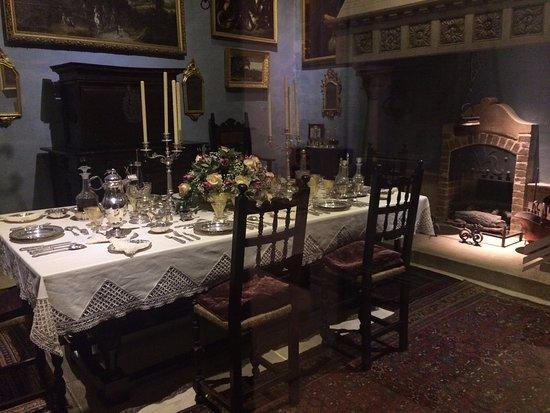 Casa-museo storico Palazzo Falson: Difficile de ne choisir qu'une photo. Ici la salle à manger, ses multiples ustensiles et décorat