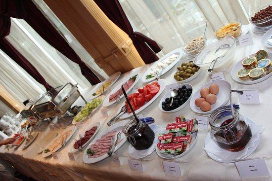 BEST WESTERN Lozenetz Hotel: Variety of dishes for breakfast!