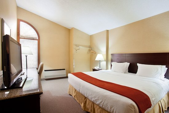 Holiday Inn Express Gaylord: King Bed Guest Room