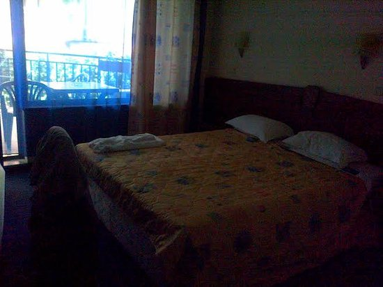 Hotel Evridika: very dark and small room with tiny balcony to the busy road side