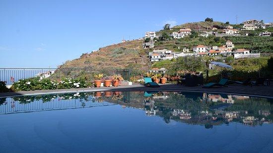 Hotel Do Campo: Vue sur piscine et colline voisine
