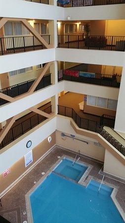 Atrium Resort : Pool and rooms.