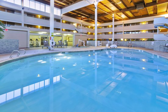 Holiday Inn Hotel and Conference Center Detroit - Livonia: Indoor Pool