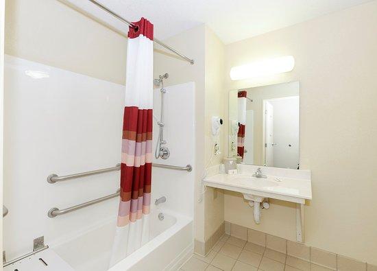 Troutville, Вирджиния: ADA Bathroom
