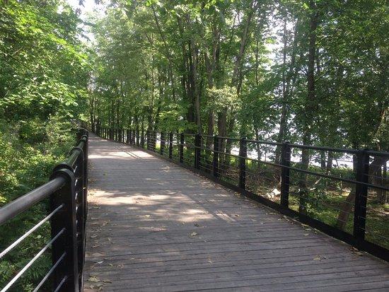 Ottawa, Kanada: Sendeiro entre as pontes no parque Jacques Cartier