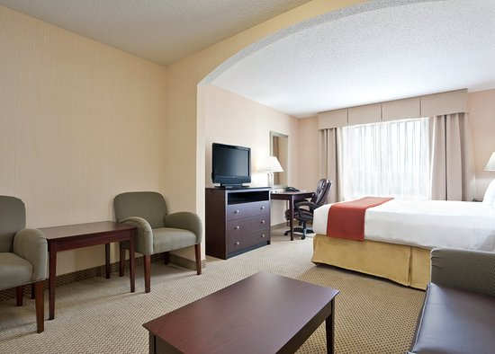 Tipp City, OH: King Suite with Kitchenette