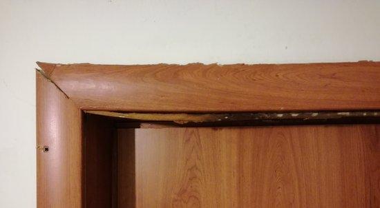 Lido Marini, Italy: dettaglio della muffa su una porta, mai cambiata