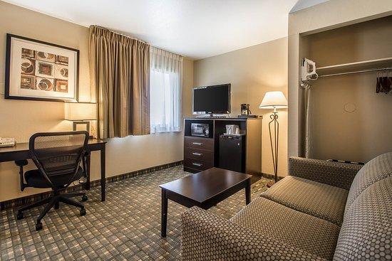 Quality Inn & Suites Decorah: Spacious suite