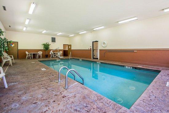 Quality Inn & Suites Decorah: Pool
