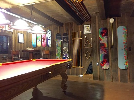 Grunberg Haus Bed and Breakfast Inn and Cabins: Billiards makes a great way to socialize with our world traveling guests.