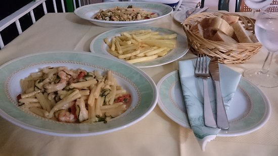 Il Nido Hotel Sorrento: Pasta with zucchini, prawn and tomato. Chips.