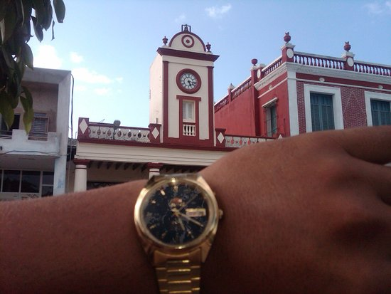 Parque Calixto Garcia: El reloj de la plaza siempre está en hora
