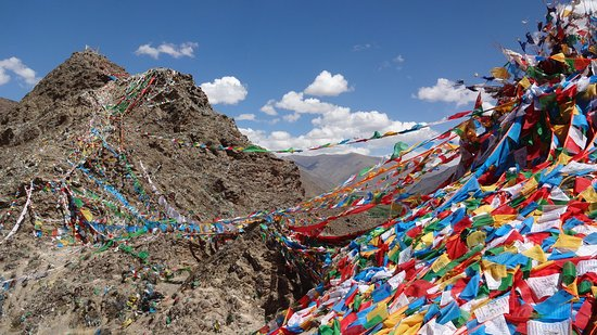 Nedong County, Kina: Prayer flags beyond the monastery